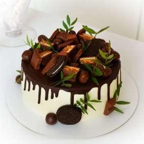 """Торт """"Со сладостями и подтеками"""""""