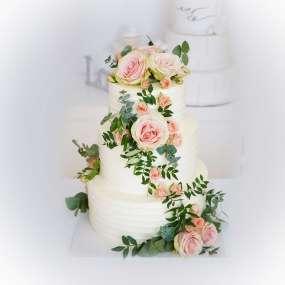 """Торт """"Белый с живыми цветами"""""""