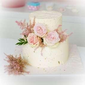 """Торт """"Белый с брызгами и цветами"""""""