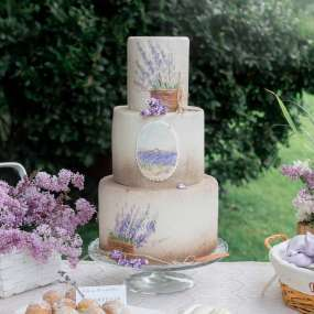 Бело-сиреневый торт лаванда