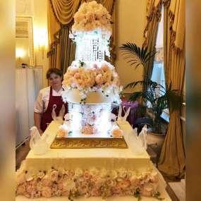 Белый торт королевский с живыми розами