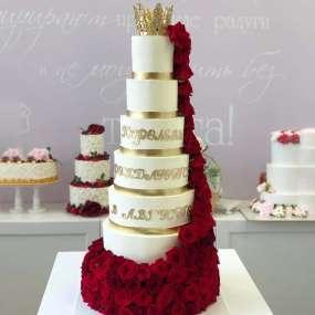 Белый торт золотая корона и алые розы