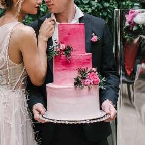 Бело-розовый торт любовь