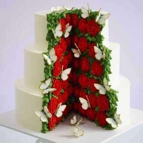 Свадебный торт с розами в разрезе
