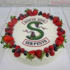 Кремовый тортик с фотопечатью и ягодным веночком