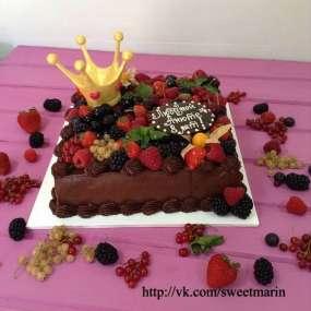 """Торт """"Шоколадный с ягодами и короной"""""""
