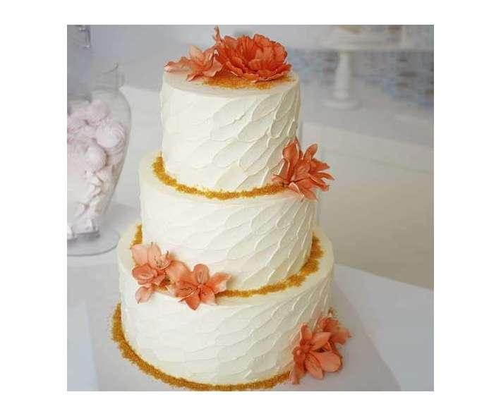 Торт свадебный с лилиями